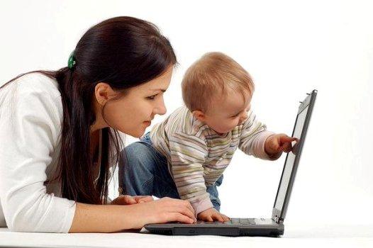 с малышом за ноутбуком