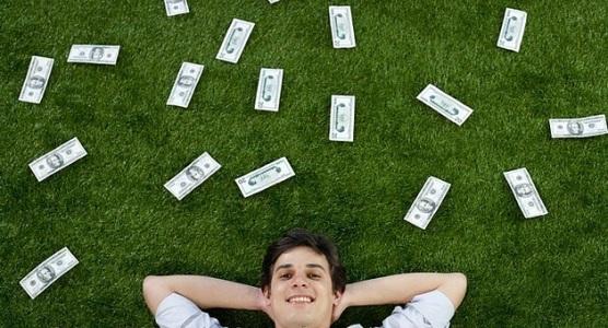 лежа на траве