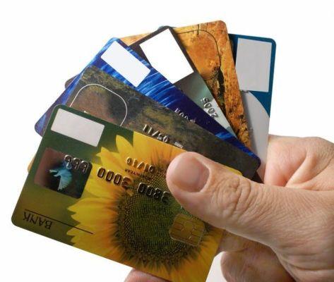 кредитные карты в руке
